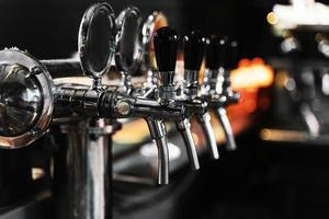 close-up de máquina de chope em um bar foto