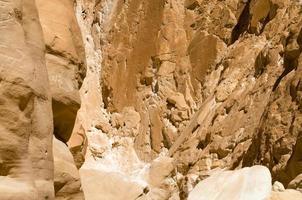 parede rochosa áspera de um desfiladeiro foto