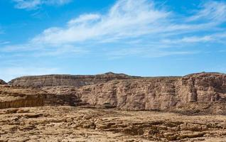 montanhas no deserto contra um céu azul foto