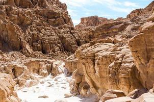 caminho através de montanhas rochosas foto