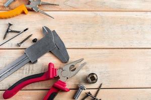 conjunto de ferramentas de construção em um fundo de madeira foto