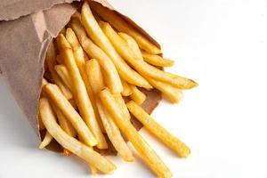 batatas fritas quentes no fundo branco foto