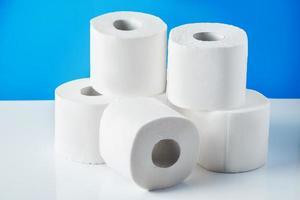 rolos de papel higiênico em um fundo azul foto