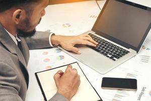 homem de negócios usando um computador foto