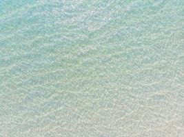 vista aérea do reflexo da água do mar e do oceano com luz solar foto