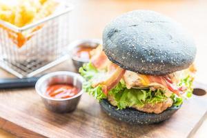 hambúrguer com pão preto foto