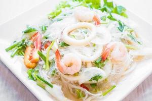 salada picante com frutos do mar foto