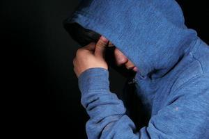 homem com dor de cabeça em fundo preto foto