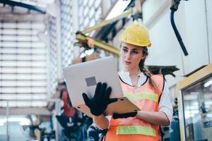 trabalhador da construção civil com um laptop foto