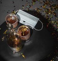mesa com máscara de álcool