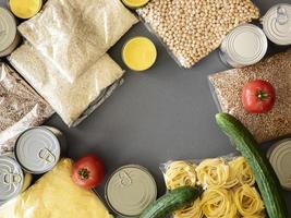vista superior de provisões de alimentos para doação foto