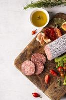 vista superior do conceito de salame delicioso foto