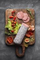 vista de cima conceito de salame delicioso foto