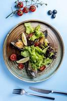 salada de legumes com acompanhamento de ostras e limões foto