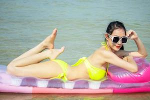 linda mulher asiática feliz e relaxada nas férias de verão foto