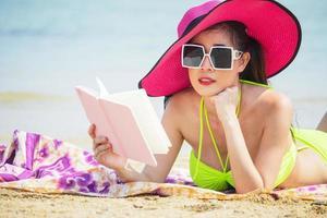 linda garota asiática feliz e relaxada nas férias de verão foto