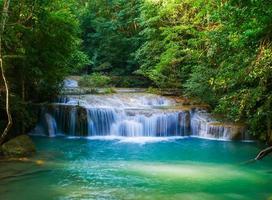 cachoeira erawan na floresta tropical foto