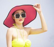 mulher asiática relaxando nas férias de verão na praia foto