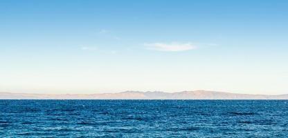 água com montanhas ao fundo foto