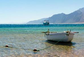 velho barco de pesca de madeira no mar foto