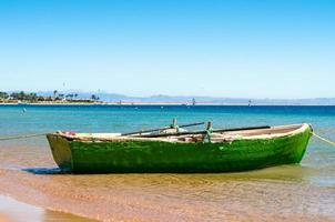 velho barco verde na água foto