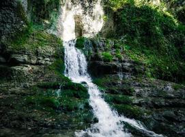 pequena cachoeira e musgo foto