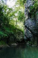 rio da montanha com musgo nas rochas foto