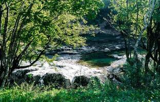 olhando para um rio foto