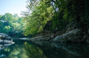 costa rochosa de um rio de montanha foto