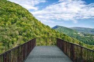 deck de observação com vista para as montanhas foto