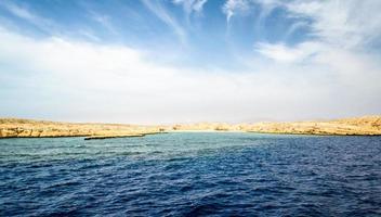 costa rochosa no mar vermelho foto