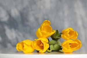 cinco tulipas amarelas em uma mesa foto