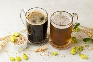 arranjo de lanches de cerveja de ângulo alto foto