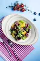 salada de ervas com presunto e rodelas de laranja foto