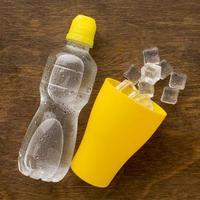 água engarrafada de plástico