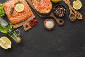 moldura de salmão e limão, vista de cima foto