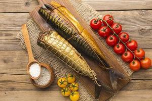 peixes defumados, vista de mesa de madeira