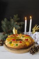sobremesas de bolo do dia da epifania com espaço da coroa foto