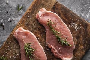 conceito de carne crua plana leigos foto