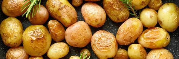 batata assada dourada com casca foto
