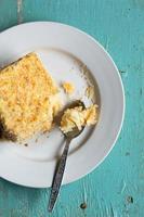 Mille-feuille caseiro, torta de creme de creme folhado em fundo azul de madeira