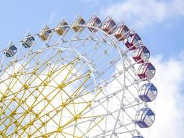 roda gigante em cores vivas e brilhantes foto