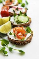 sanduíches com vegetais saudáveis e micro verdes foto