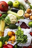 uma variedade de frutas e vegetais orgânicos