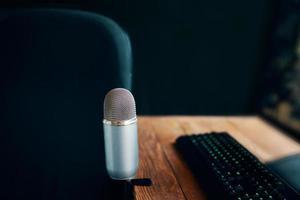 microfone com teclado no rádio ou estúdio de podcast com conjunto de computador
