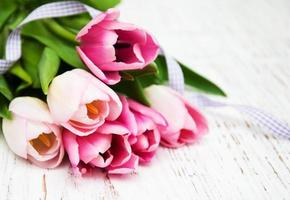 buquê de tulipas cor de rosa em um fundo de madeira velho