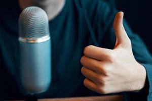 microfone de estúdio de podcast e polegar para cima