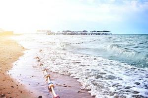 praia de areia com ondas do mar