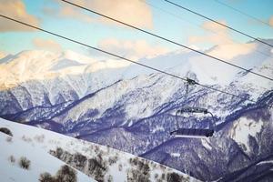 teleférico de esqui azul com as montanhas do Cáucaso ao fundo