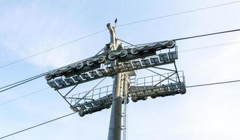 postes telefônicos no céu foto